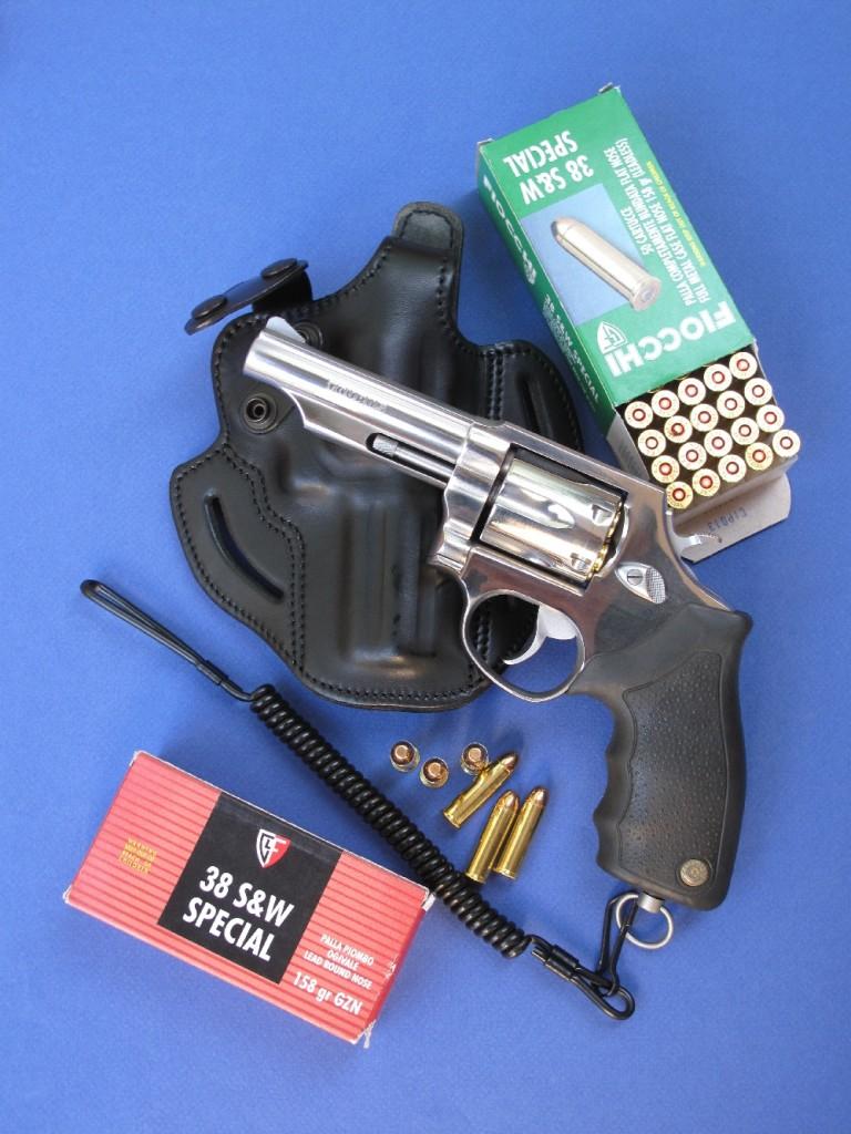 Intégralement réalisé en acier inoxydable et doté de plaquettes en néoprène, le Taurus modèle 82S reprend les caractéristiques des revolvers Smith & Wesson de type Military & Police. Il est ici accompagné par un holster en cuir fabriqué par la maison française GK Professional et par des munitions de calibre .38 Special encartouchées par la firme italienne Fiocchi.