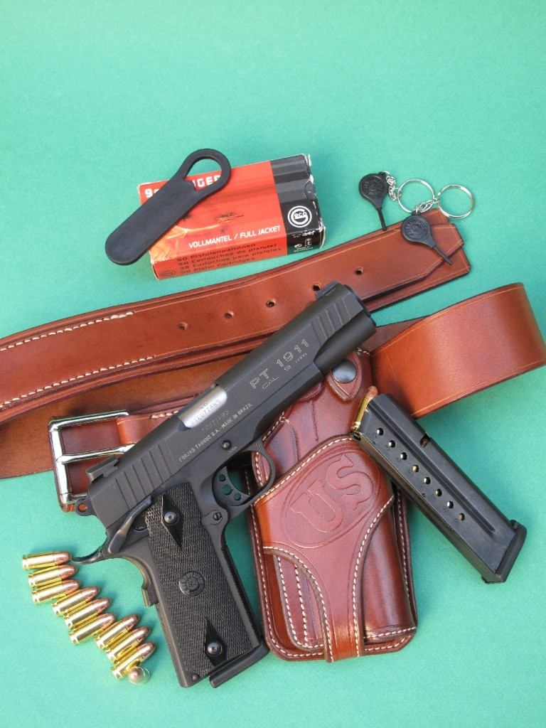 Le pistolet semi-automatique modèle PT 1911B-9 de la marque brésilienne Taurus est une copie du Colt 1911 A1 qui présente la particularité d'être intégralement réalisée en acier et chambrée en calibre 9 mm Parabellum. Il est accompagné ici d'un holster en cuir de type « Wild Bunch », créé par Gilles Bardou, patron de « La Sellerie du Thymerais ».