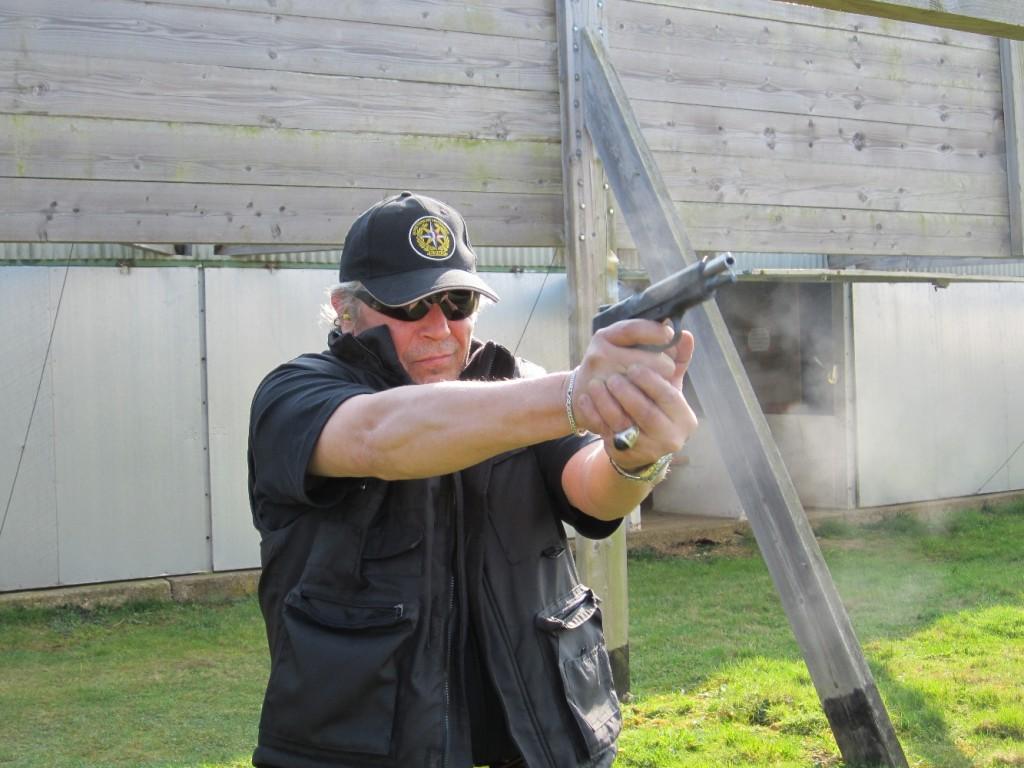 Le poids de ce pistolet, très légèrement supérieur à celui de l'ancien modèle militaire 1911 A1 en raison de sa fabrication tout acier et de son chambrage en 9 mm, permet au Taurus d'offrir un relèvement modéré et une remise en batterie assez rapide.
