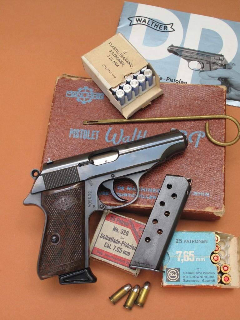 La production du pistolet semi-automatique modèle PP (Polizei Pistole), de calibre 7,65 mm Browning (.32 ACP), créé en 1929 par la firme allemande Walther pour les policiers en tenue, a été reprise après-guerre par la maison française Manurhin. Ce pistolet Walther-Manurhin modèle PP est ici accompagné de sa boîte et de ses accessoires d'origine : livret utilisateur, chargeur de rechange et baguette de nettoyage.