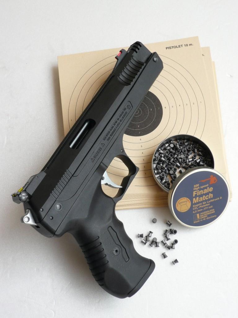 Avec son aspect d'arme à feu de gros calibre, ses qualités proches de celles d'un modèle de Match et son prix abordable, ce pistolet à air comprimé semble tout désigné pour constituer un outil de prédilection pour l'initiation au tir de précision.