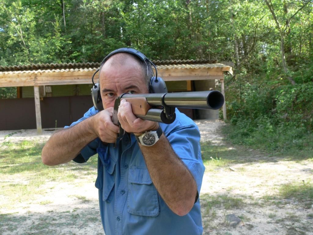 Ce shotgun est un fusil de chasse à répétition par levier de sous-garde créé par John Moses Browning en 1887 pour la firme américaine Winchester. Banc d'essai de sa réplique, en calibre 12/70, distribuée par la maison française Azur Armes.