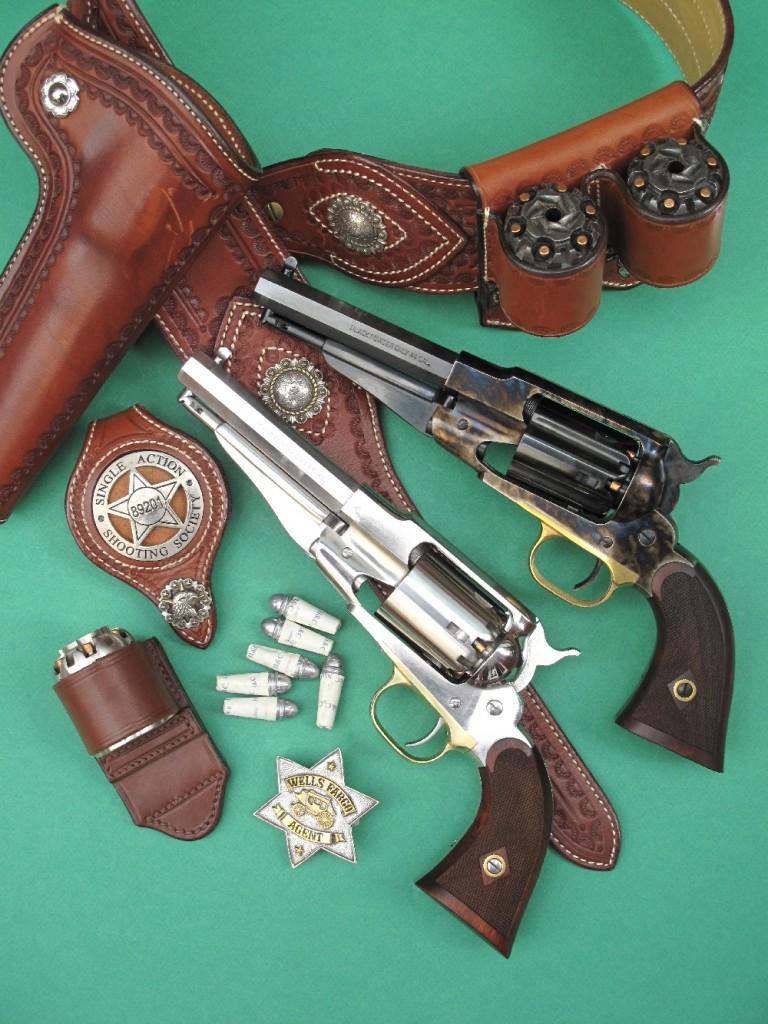 Deux répliques du revolver Remington New Model Army 1858, dans leur version fabriquée en Italie par Pietta qui les appelle « Sheriff », accompagnées par un ensemble ceinturon, holster, portes barillets et porte badge de la maison française La Sellerie du Thymerais, une réplique de badge Wells Fargo de la firme américaine Buffalo Brothers et six cartouches combustibles réalisées à l'aide du kit commercialisé par l'entreprise française H&C.