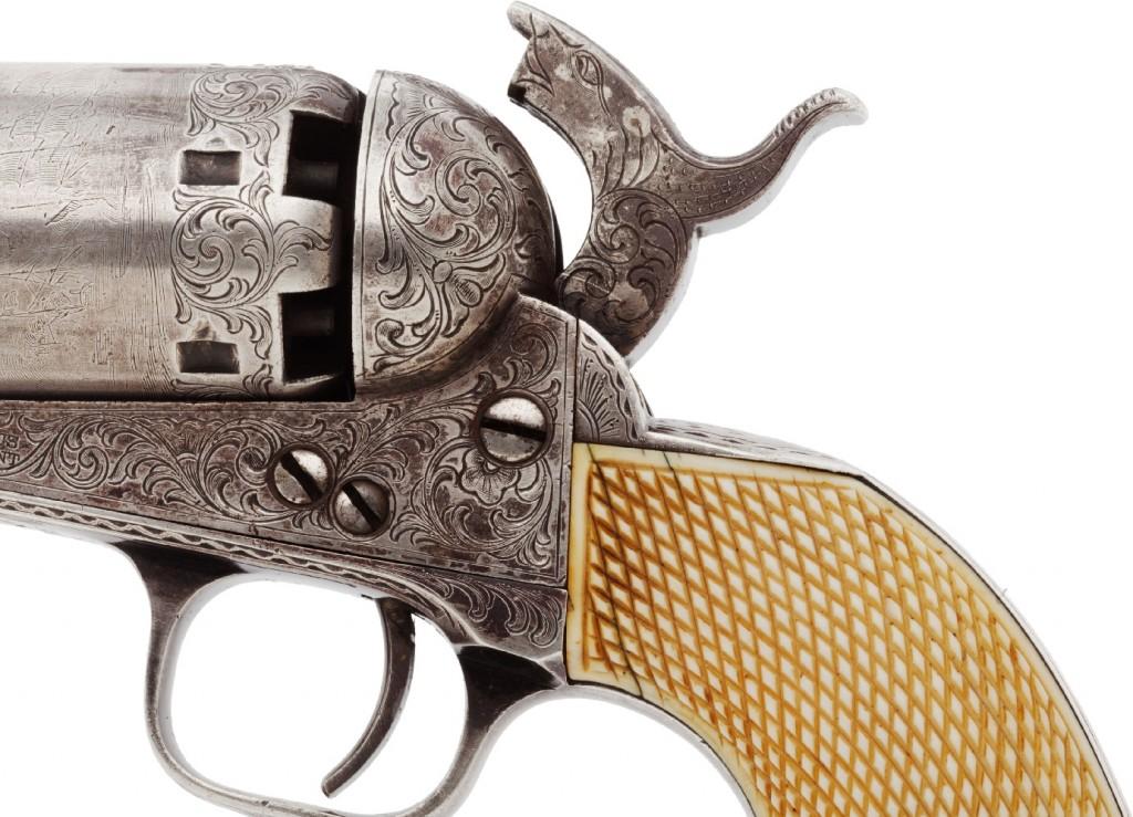 La gravure est un art qui consiste à retirer du métal à l'aide de burins et d'un marteau. La ciselure, un autre art lié à l'ornementation, se distingue de la gravure par le fait que l'on imprime le métal à l'aide de petits outils appelés ciselets et d'un marteau. La gravure s'applique, entre autres, aux armes à feu et aux couteaux.